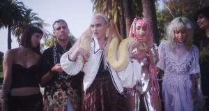 """Bilderreizüberflutung mit Grimes: Video zu """"Genesis"""""""